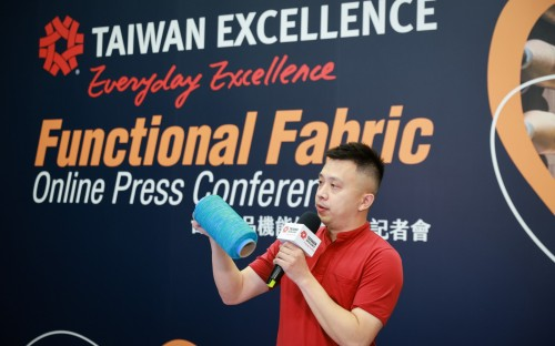 Toung Loong Textile's Marketing-Manager Richard Yu  präsentierte sein »Stretch_Recovery«-Garn.